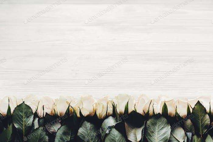 Белые розы на деревянном фоне