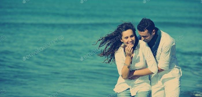 Alegre jóvenes pareja han divertido en hermosa Playa