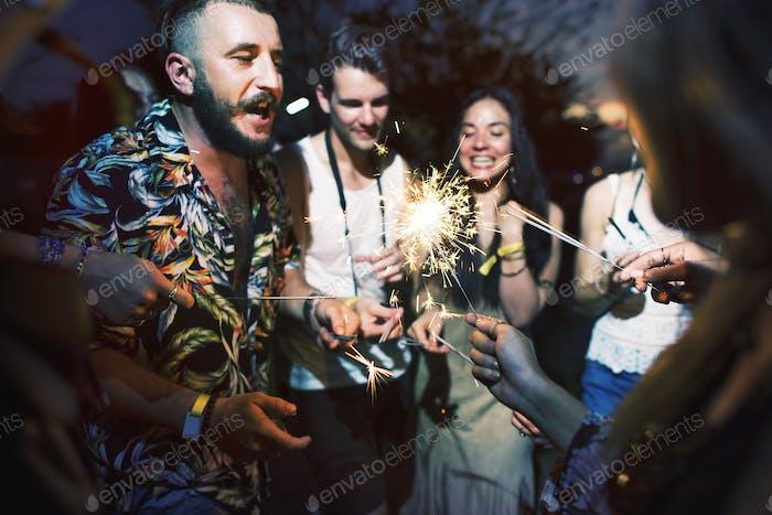 Menschen genießen Wunderkerze im Festivalevent