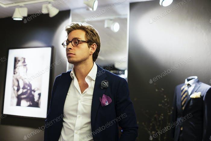 Nachdenklicher männlicher Designer im Showroom