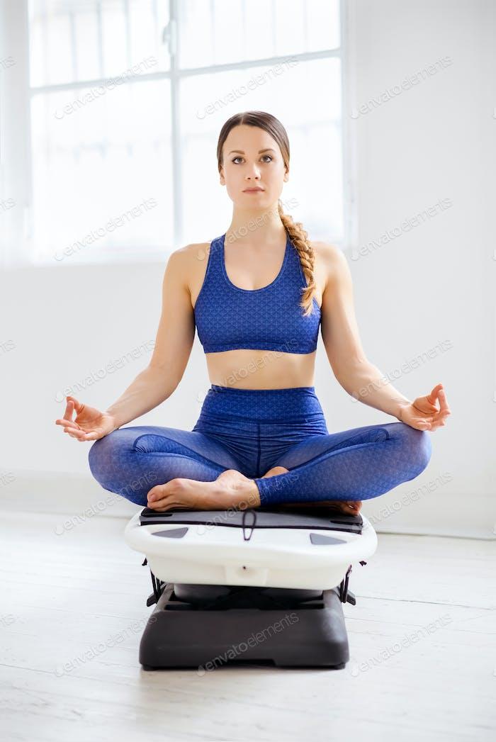 Junge Frau meditiert in der Lotusposition