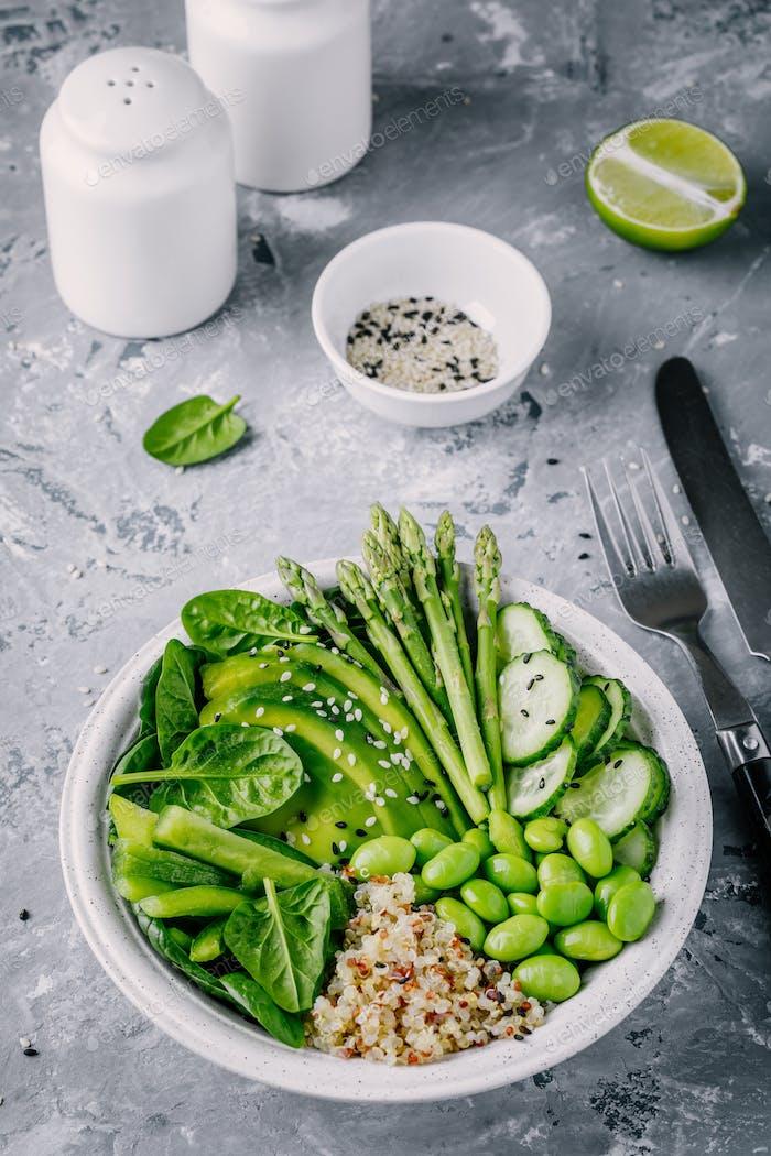 Vegetarischer Salat mit Quinoa, Spinat, Avocado, Spargel, Gurke, Edamame