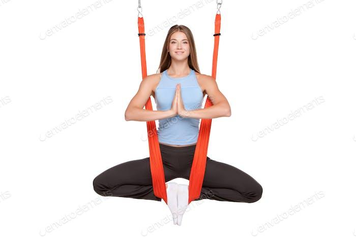 Junge Frau tun Anti-Schwerkraft Aerial Yoga