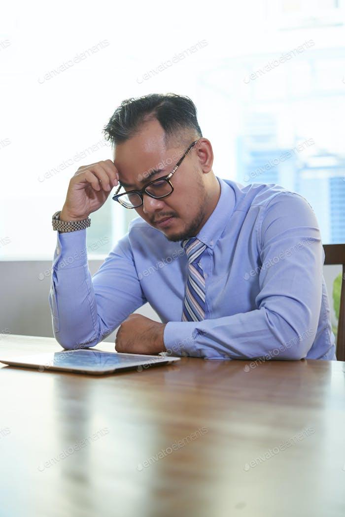 Nachdenklicher Mann arbeitet hart