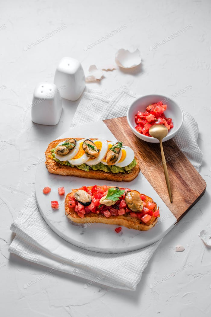 Toasted bread with tomatoes and smoked mussels