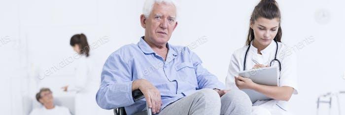 Betreuer nimmt Notizen über Patienten