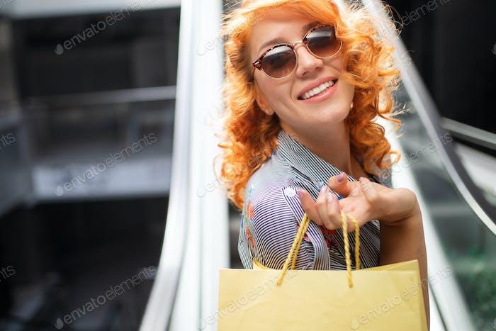 Schöne Shopping glückliche Frau halten Einkaufstaschen