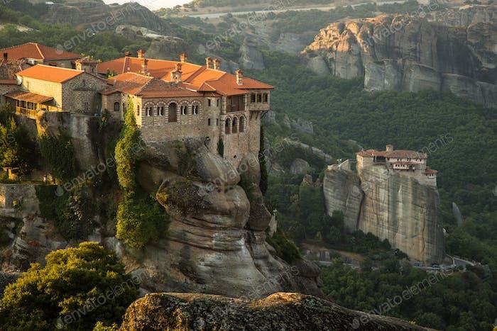 Meteora-Klöster Blick auf das Kloster Varlaam und Roussanou auf dem Hintergrund