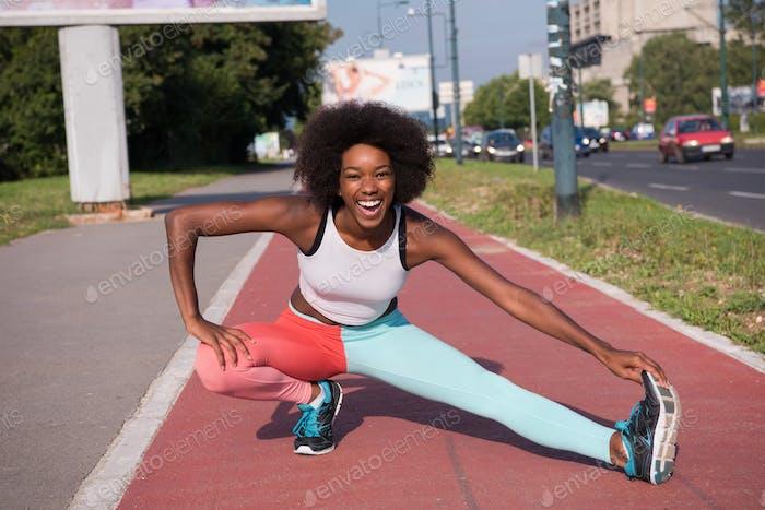 Porträt von sportlich junge afrikanische amerikanische Frau Stretching outdo