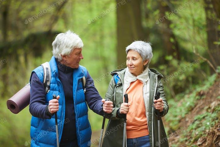Sportive Reife Paar genießen Spaziergang im Wald