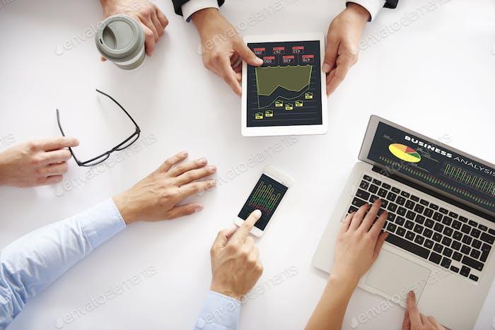 Nahaufnahme der menschlichen Hand auf Business-Meeting