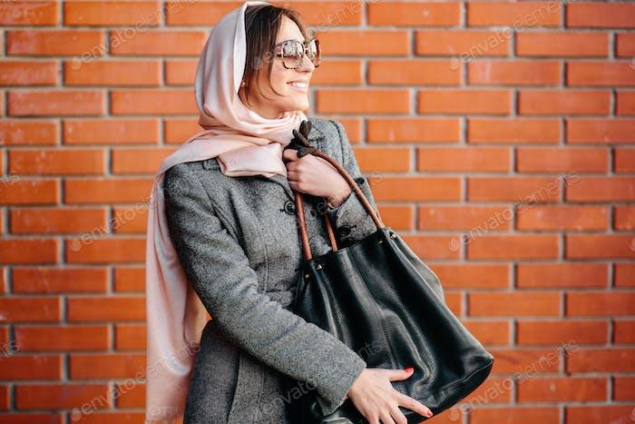 Mädchen in einem Mantel auf der Straße