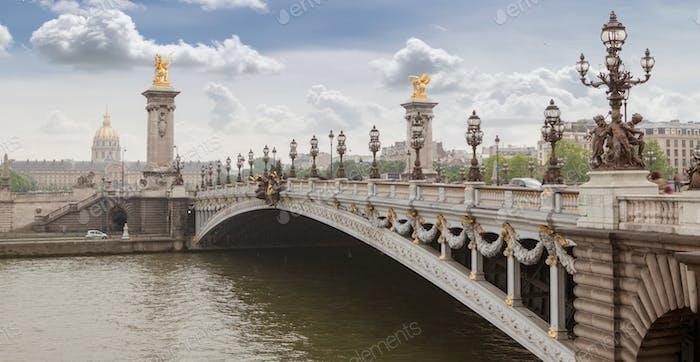 Panorama mit Pont Alexandre III Brücke und Blick auf die Altstadt, bewölkt Tag. Frankreich Paris