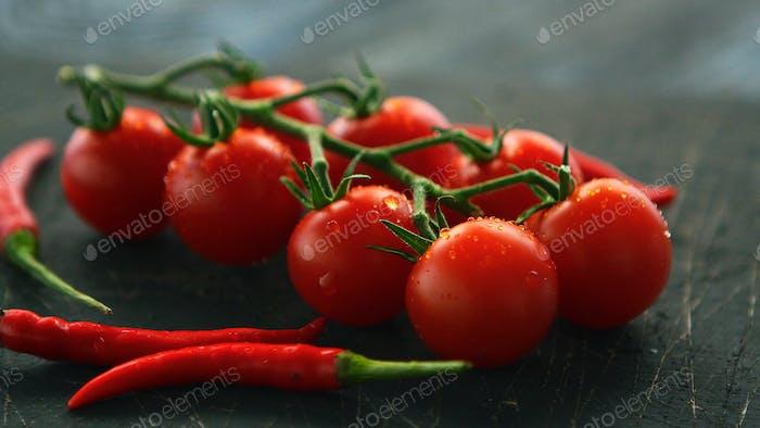 Tomates frescos de vid y chile