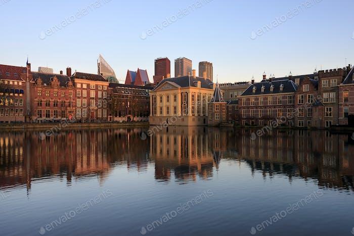Skyline von Den Haag mit Reflexion im See