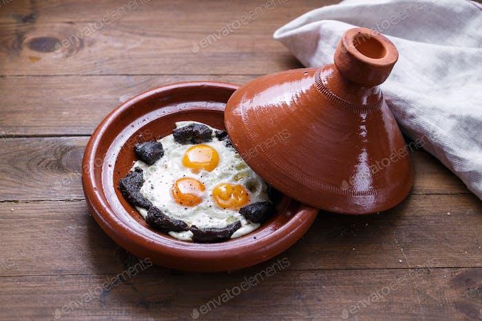 Blick auf Spiegelei und Rindfleisch in Tajine Gericht, traditionelles marokkanisches Gericht