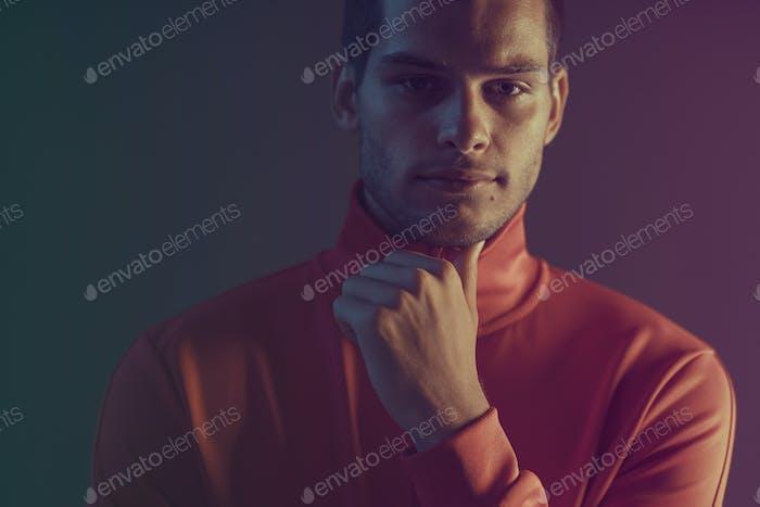 Studio Nahaufnahme Porträt von attraktiven männlichen Modell. Farbblitz Studiolicht