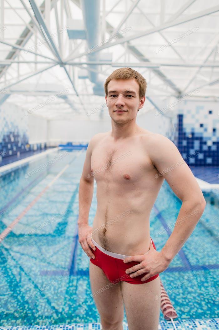 Porträt von Schwimmer stehend mit Armen gekreuzt im Freizeitzentrum