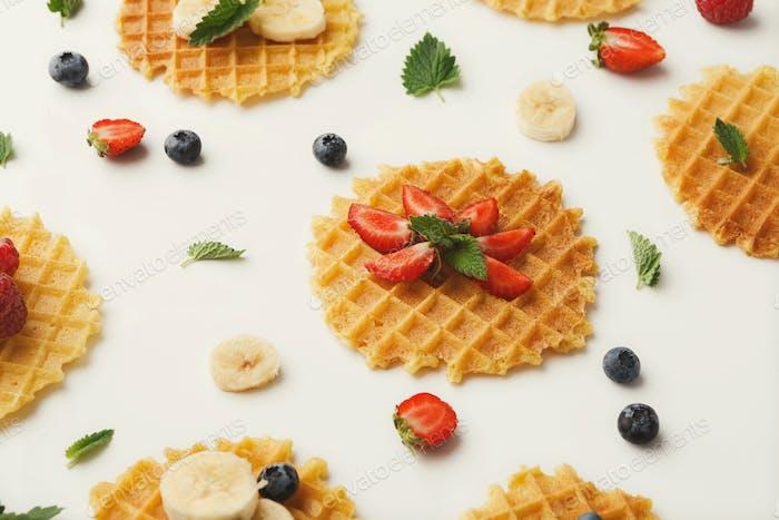 Runde Waffeln mit Früchten, Frühstückshintergrund
