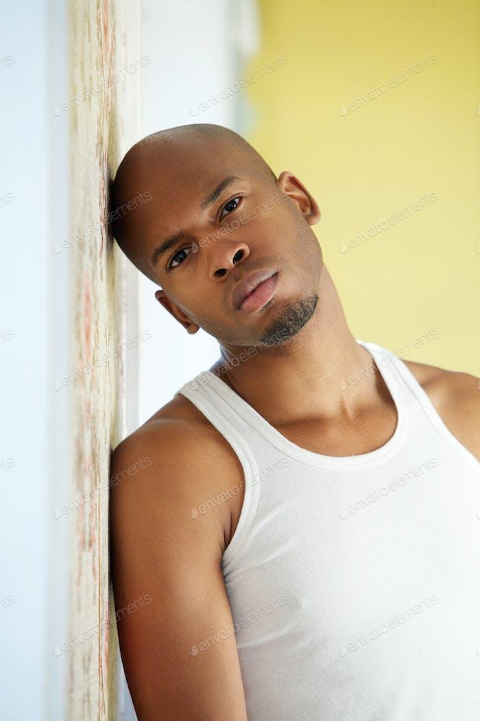 Porträt eines ernsthaften jungen schwarzen Mann
