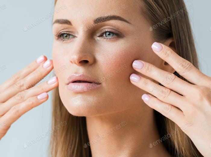 Cuidado de la piel mujer cara belleza de la piel sana