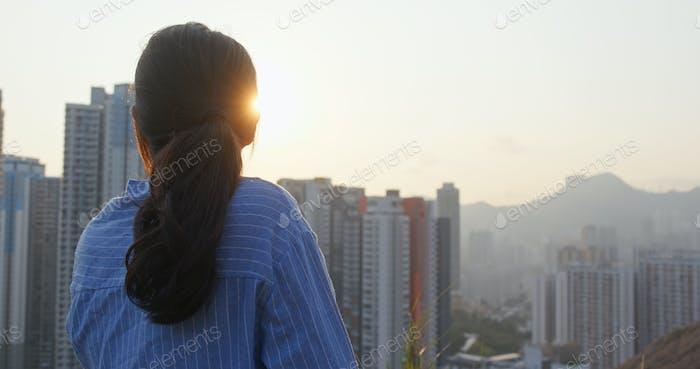 Frau schauen sich um die Stadt am Abend