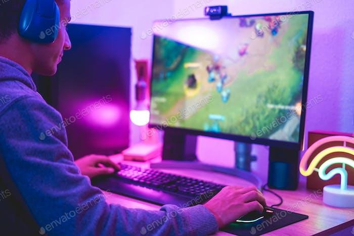 Jóvenes gamer streamer jugando en el juego de estrategia en el navegador de difusión