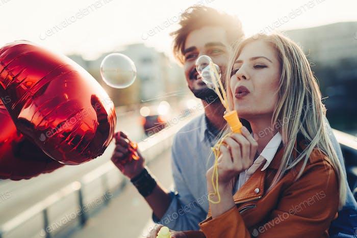 Glückliche paar dating und lächelnd beim Blasen Blasen