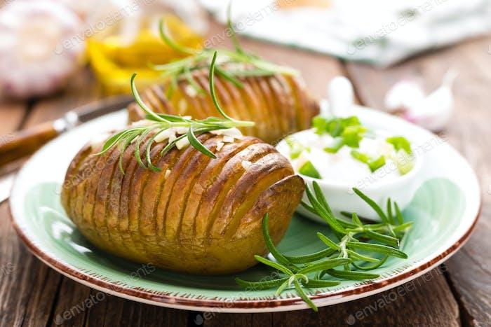 Bratkartoffel. Kartoffelofen gebacken mit Knoblauch und Rosmarin