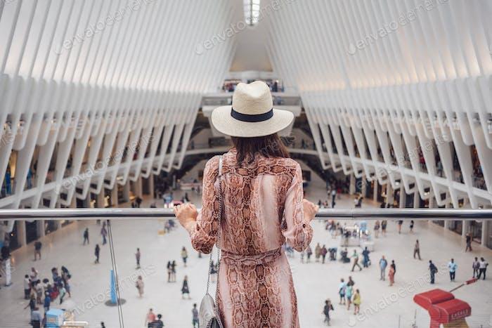 Mujer joven en el Oculus en Nueva York