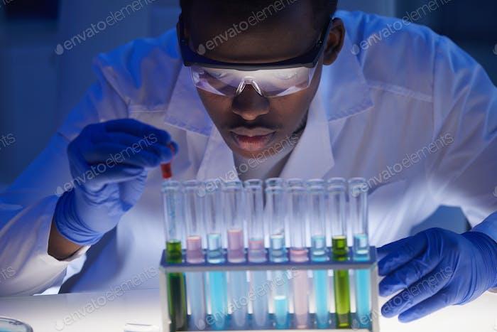 Konzentrierter männlicher Laborwissenschaftler