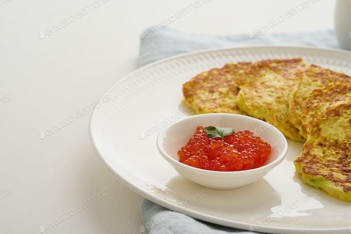 Zucchini Pfannkuchen mit Kartoffel und rotem Kaviar, fodmap Keto Diät Seitenansicht Nahansicht