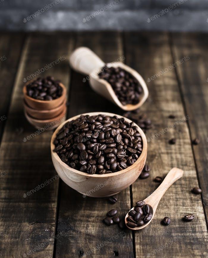 Kaffeebohnen mit Holzschüssel Schaufeluntertasse und Löffel