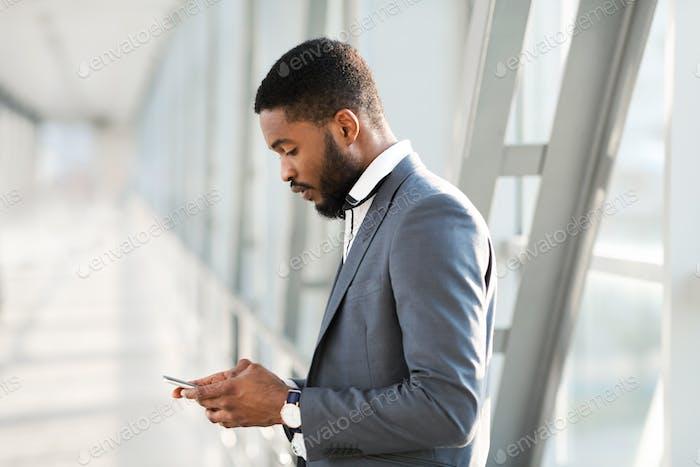 Unternehmer mit Smartphone Warten auf Flug Im Flughafen Indoors