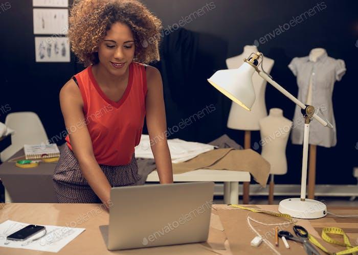 Stylistin Frau arbeiten