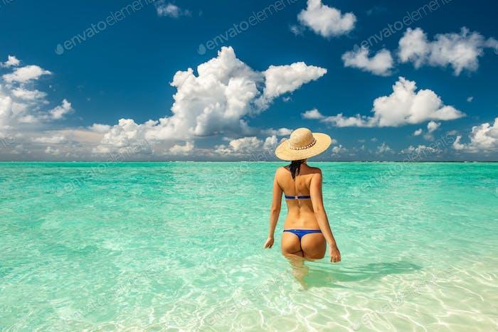 Frau im Bikini am Strand auf den Malediven