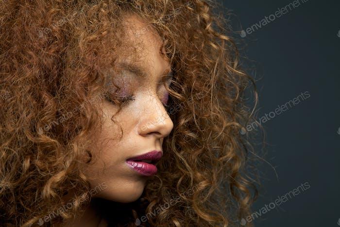 Vertical de belleza de una hermosa Mujer joven con el pelo rizado