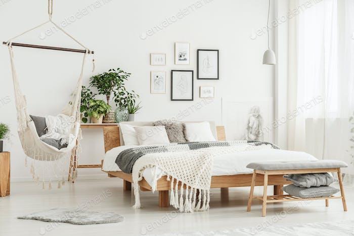 Hängematte im hellen Schlafzimmer