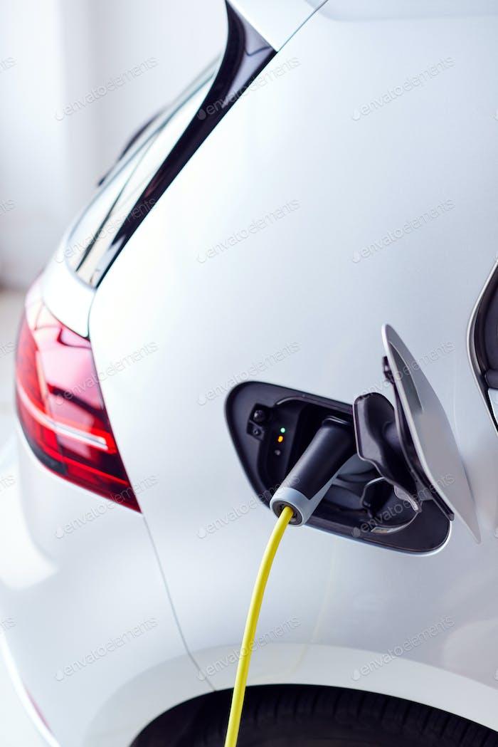 Nahaufnahme von Stromkabel Aufladen Umweltfreundlich Zero Emission Elektroauto In Garage