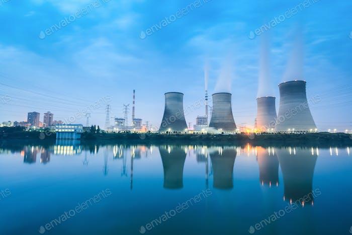 Wärmekraftwerk in der Dunkelheit