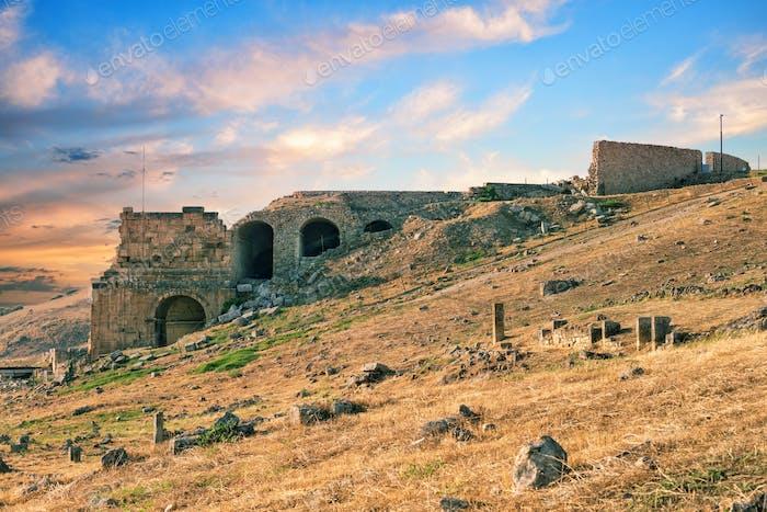 Die Ruinen der antiken Stadt Hierapolis bei Sonnenuntergang