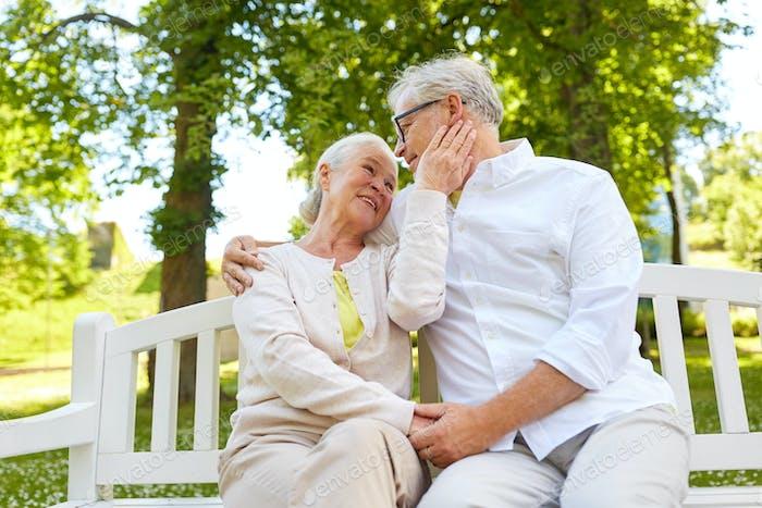 glückliches älteres Paar umarmt in Stadtpark