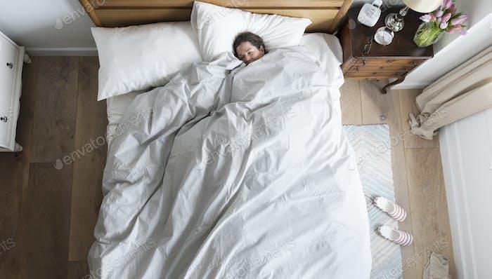 Kaukasische Frau schläft fest
