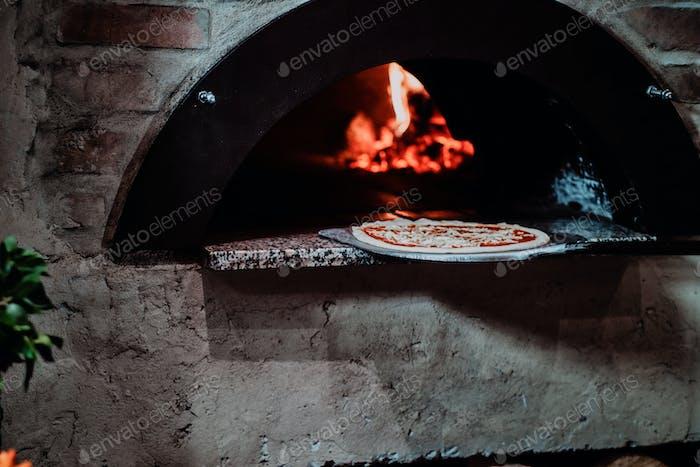 Chef legte Pizza in den Ofen zum Backen