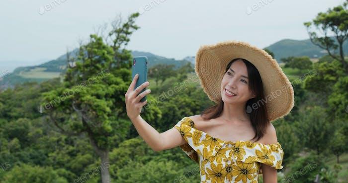Frau nehmen Selfie auf Handy auf dem Land