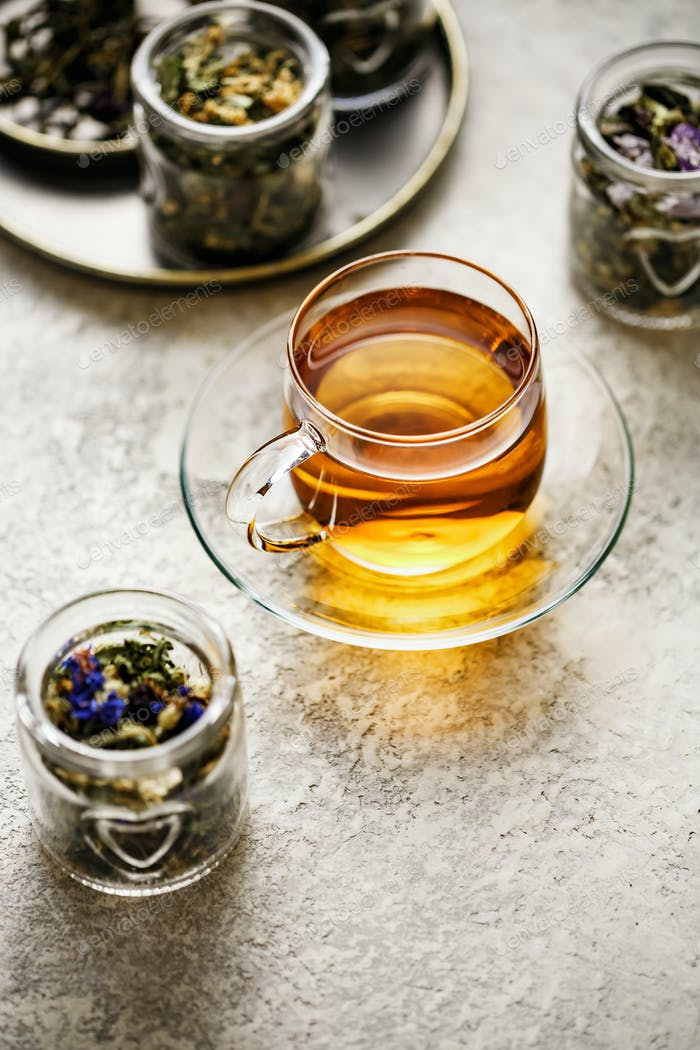 Frisch gebrühter Tee in Glas Teetasse