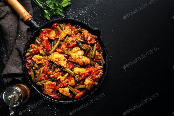Gefülltes Fleisch mit Gemüse auf der Pfanne