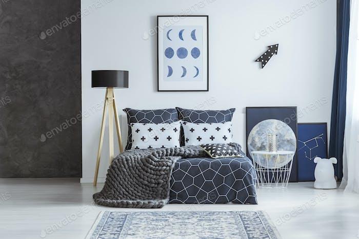 Astronomisches Poster im hellen Schlafzimmer Interieur
