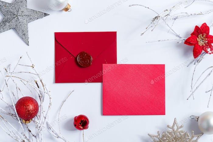 Weihnachten roter leerer Mock-up Brief mit Frostzweigen
