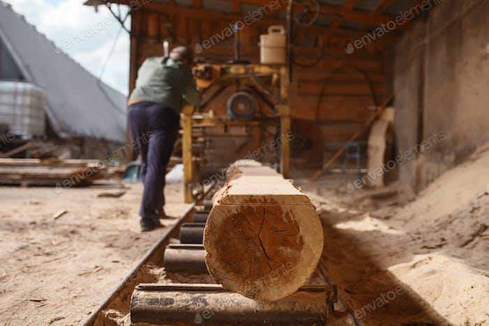 Tischler arbeitet an Holzbearbeitungsmaschine, Holzbearbeitung
